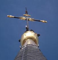 La croix et le sommet du campanile récemment redoré.