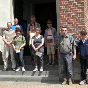 Le groupe sur les marches de l'église St Martin à Estreux.