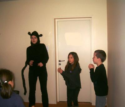 une autre équipe à l'atelier liturgique s'exerce à gestuer le chant d'entrée