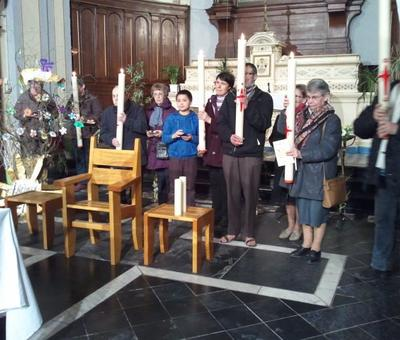A la fin de la célébration, des délégués viennent recevoir le cierge pascal et lea réserve de saint-chrême pour leur relais