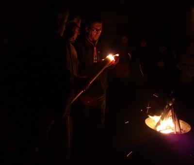 Le nouveau cierge pascal est allumé au feu