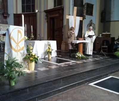 Evelyne, responsable du catéchuménat, introduit la célébration du baptême avec l'abbé Jean-Paul
