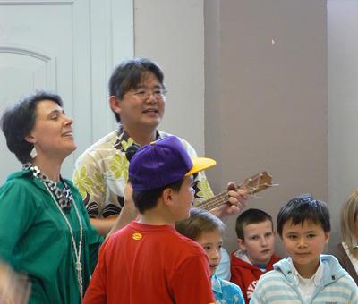 La famille Léang interprétant des chants polynésiens