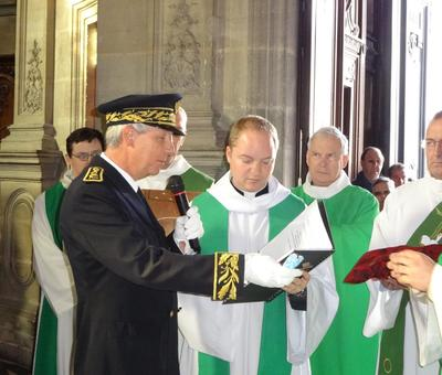 Le sous-préfet remet la clef de la cathédrale