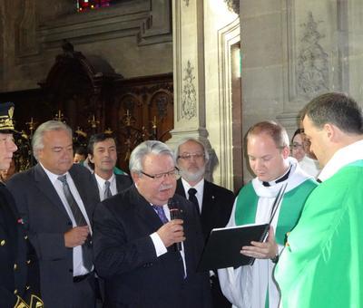 Le maire de Neuville St Rémy remet la clef de l'église St Remi