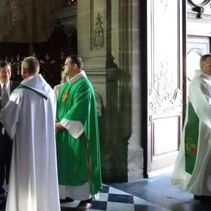 A l'entrée de la cathédrale