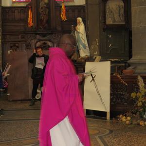 Le prêtre arrive dans le choeur...