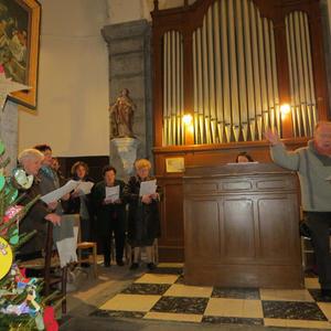 La chorale entraîne l'assistance pour le chant d'entrée...