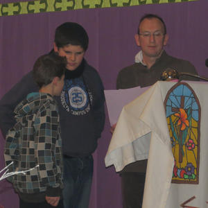 La prière pénitentielle...où nous demandons pardon pour nos manques d'amour...est dite par les enfants.