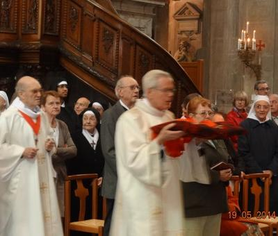 Robert Carémiaux, diacre, porte les croix canoniales des chanoines