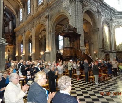 les fidèles applaudissent après la présentation des nouveaux chanoines par l'archevêque