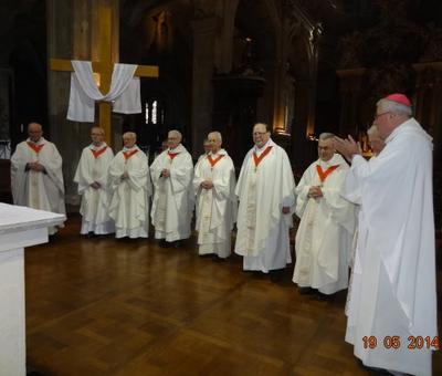 Les nouveaux chanoines portant la croix canonique