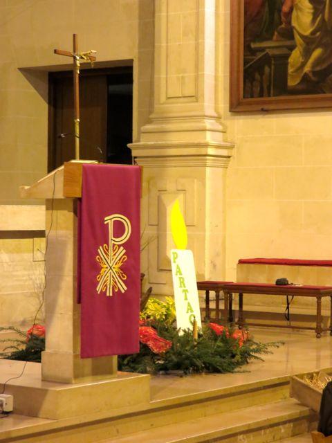 l'ambon ; le lieu où on lit la parole de Dieu. Le violet : la couleur pour l'Avent.
