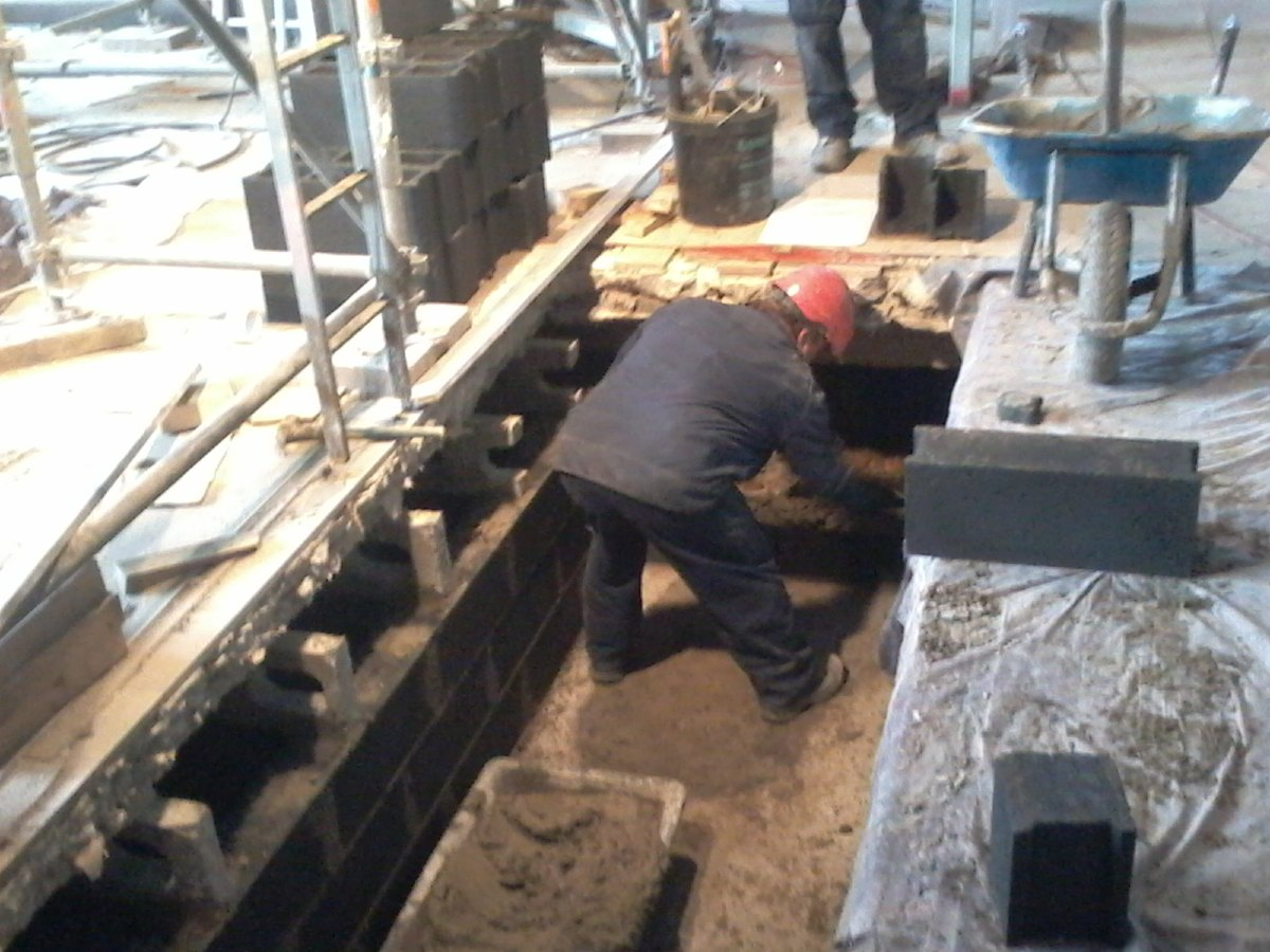 Travail sur les fosses qui accueilleront les appareils de chauffage