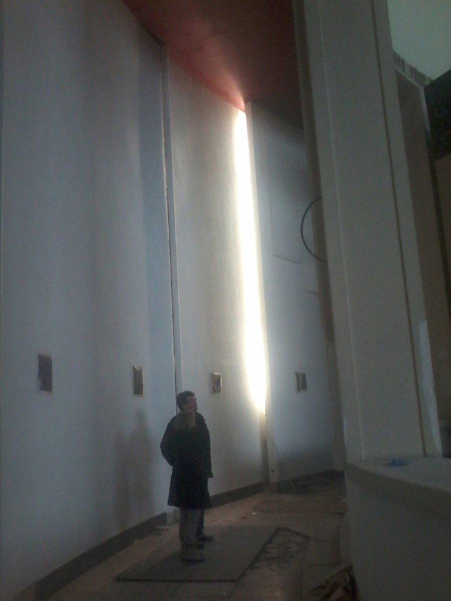 """André Lurçat a conçu une vingtaine de décrochement dans les murs : """"les failles"""". Chacune sera éclairée de l'intérieur. Premier essai d'éclairage."""