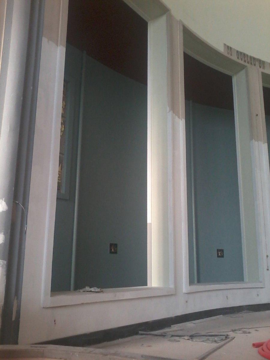Le bleu arrive. Après le rouge terracotta, le vert d'eau, le blanc, c'est au tour du déambulatoire qui devient bleu turquoise.