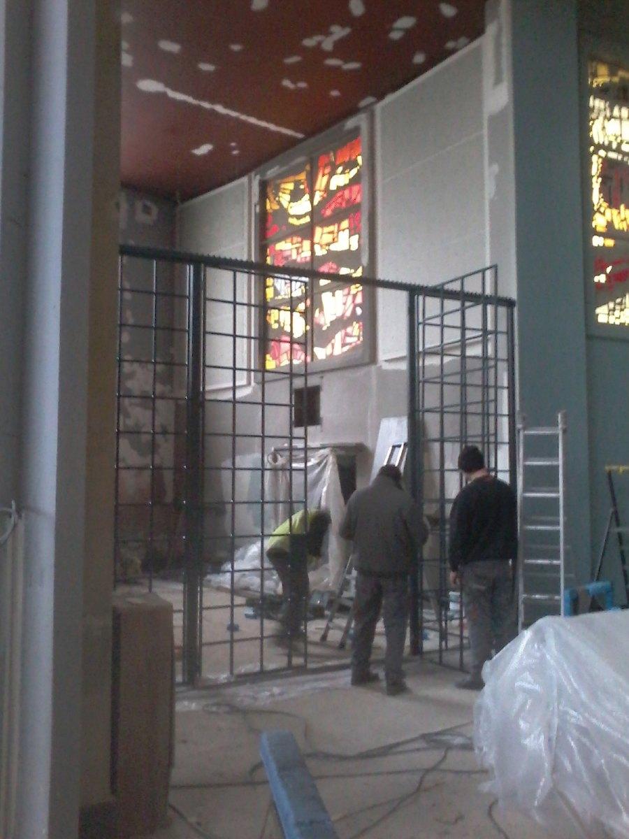 Installation des grilles de la chapelle baptismale