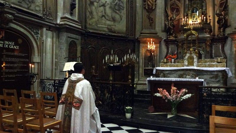 L'abbé Venceslas avant la célébration