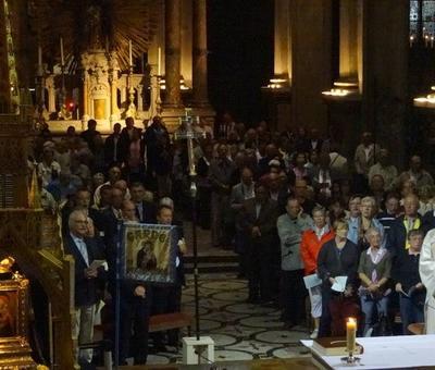 l'assemblée jusque derrière l'autel