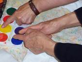 Thérèse, avec ses deux mains, prend une couleur
