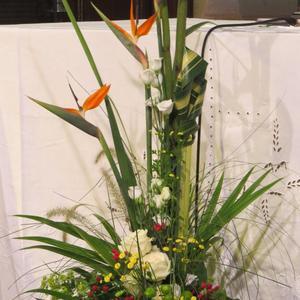 Heureux moment: un superbe bouquet porte notre regard vers l'autel.