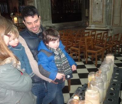 une prière en famille auprès de ND de Grâce