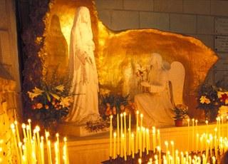 A_La statue représentant l'apparition de Marie  et de l'Ange Gabriel