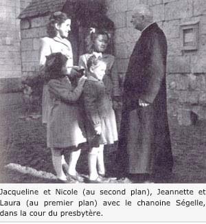 photo de l'époque, des enfants avec le prêtre de la paroisse