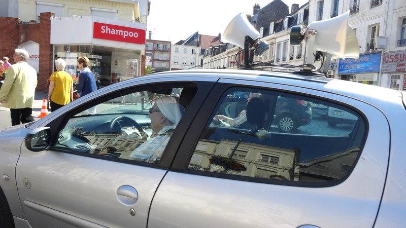 Petite Sœur Marie-Yves , chauffeur de la voiture-sono