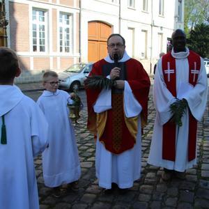 Devant l'église Notre-Dame avant la procession...