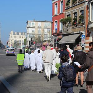 La procession démarre...