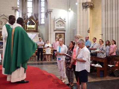 Devant l'autel : Nadine et Dorothée (catechumènes)