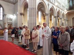 Pèlerins en partance pour Lourdes avec les abbés H. Le Minez, C. Sanon et le diacre P. Fleury