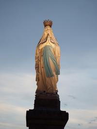 357 vierge couronnee sanctuaire de Lourdes de nuit