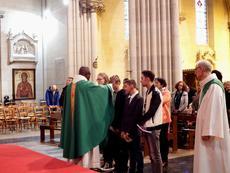 l'abbé I. Delouh donnant la bénédiction aux jeunes catéchumènes