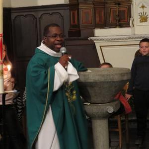 Le prêtre parle du baptême...
