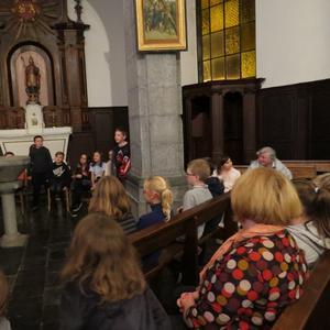 Des enfants attentifs à l'écoute du prêtre...