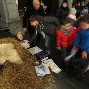Les nombreux enfants du caté déposent chacun cadeau...