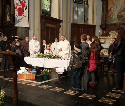 Pour le Notre Père, les enfants présents ont été invités à venir eux aussi dans le choeur
