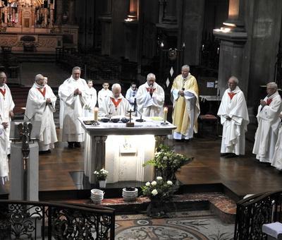 le chapitre cathedral entourant Mgr Garnier