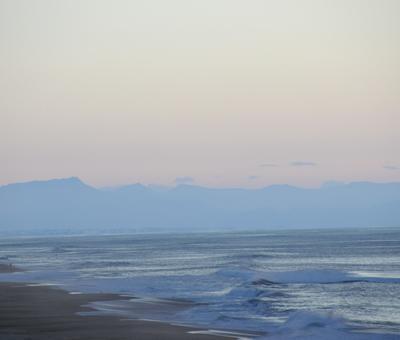 crépuscule océan monts