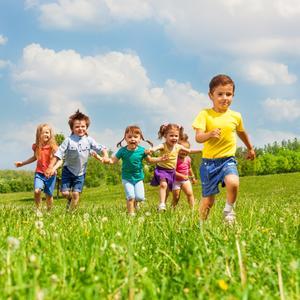 enfants qui courent eveil a la foi