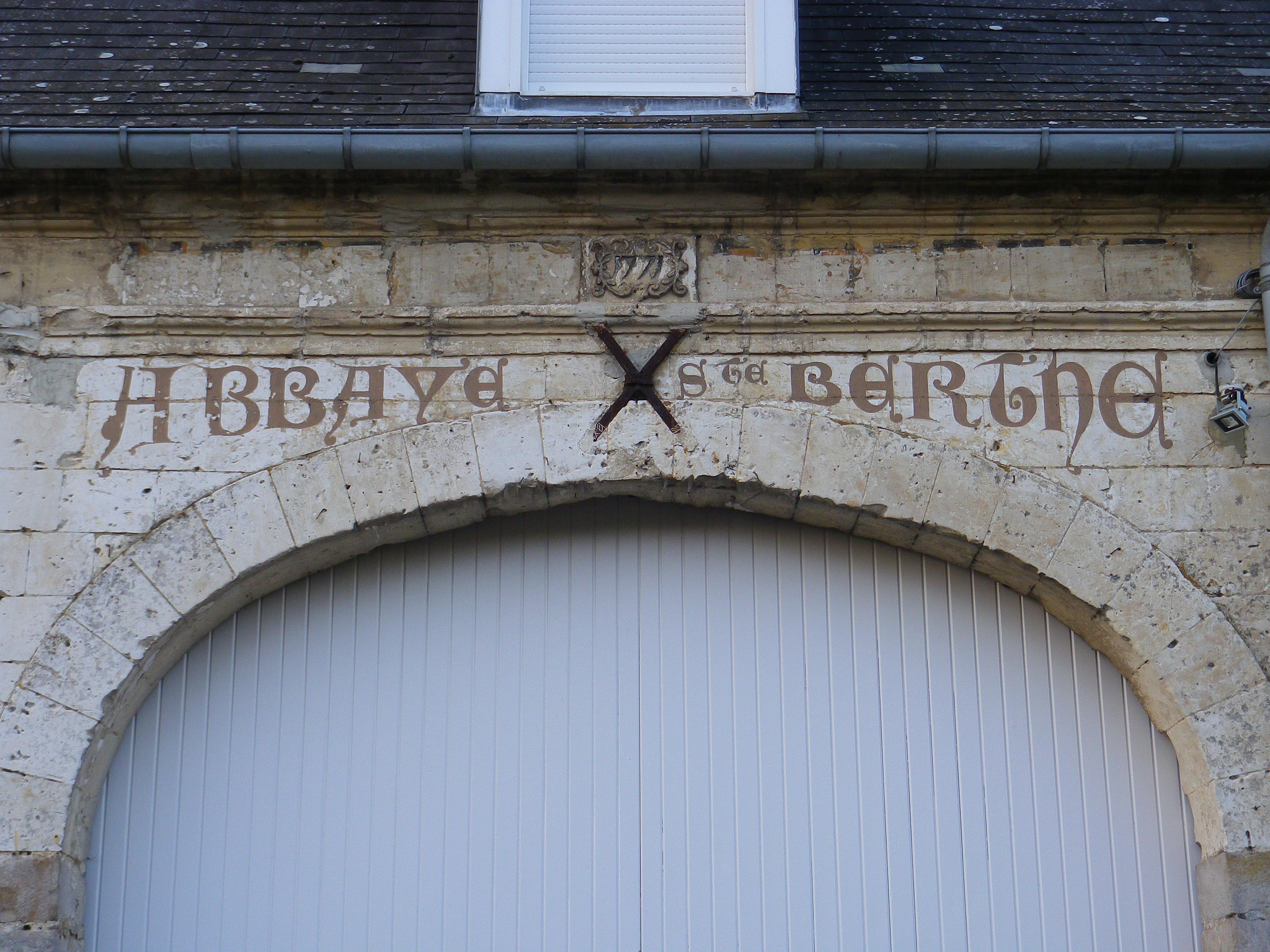 Les bâtiments actuels datent de 1771. Avant la Révolution, ils servaient de bâtiments agricoles à la communauté bénédictine qui a disparu à la Révolution.