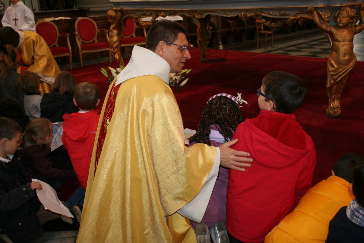 L'abbé Descarpentries avec les enfants au pied de