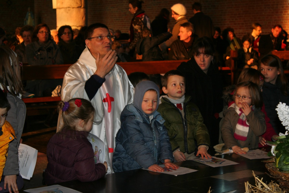 L'abbé Descarpentries parle et prie avec les enfan