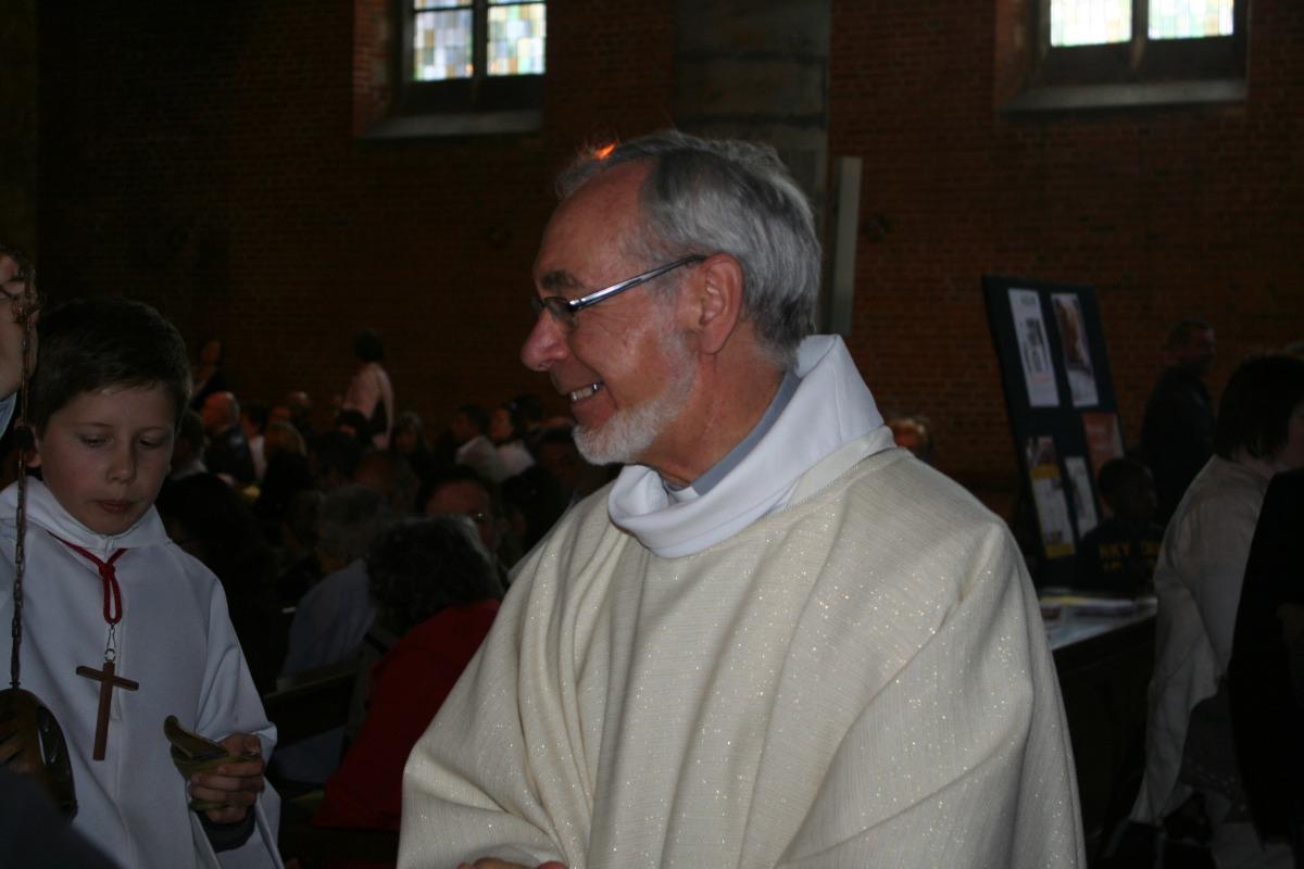 L'abbé Merville avant la messe.