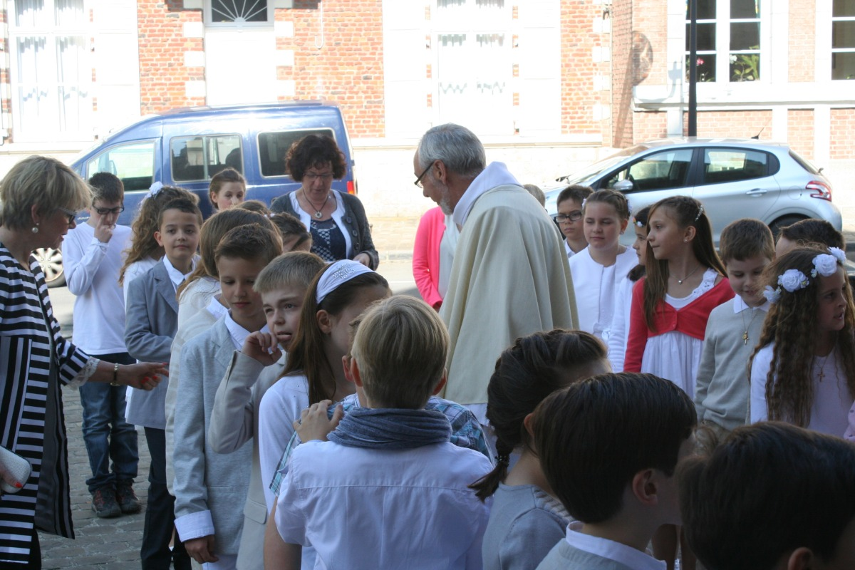 L'abbé Merville et les enfants avant la messe.