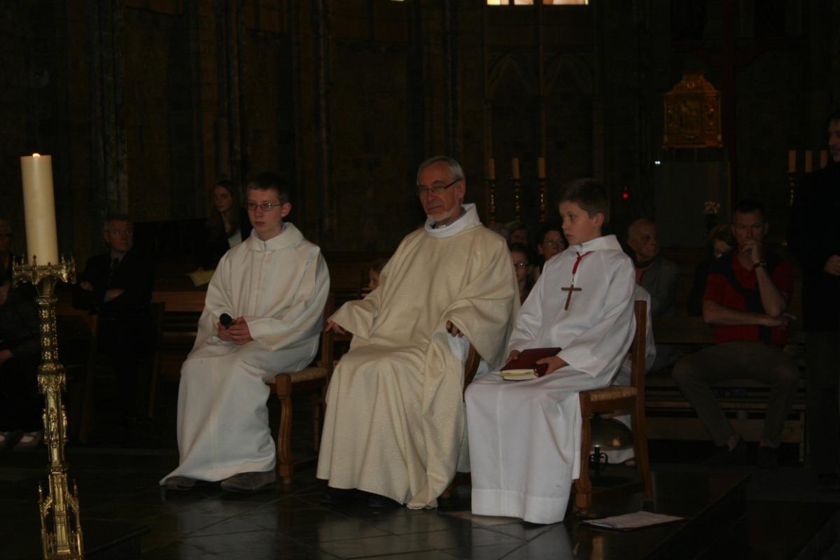 L'abbé Merville, les servants d'autel.