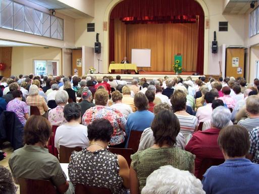 L'assemblée attentive à Régine du Charlat