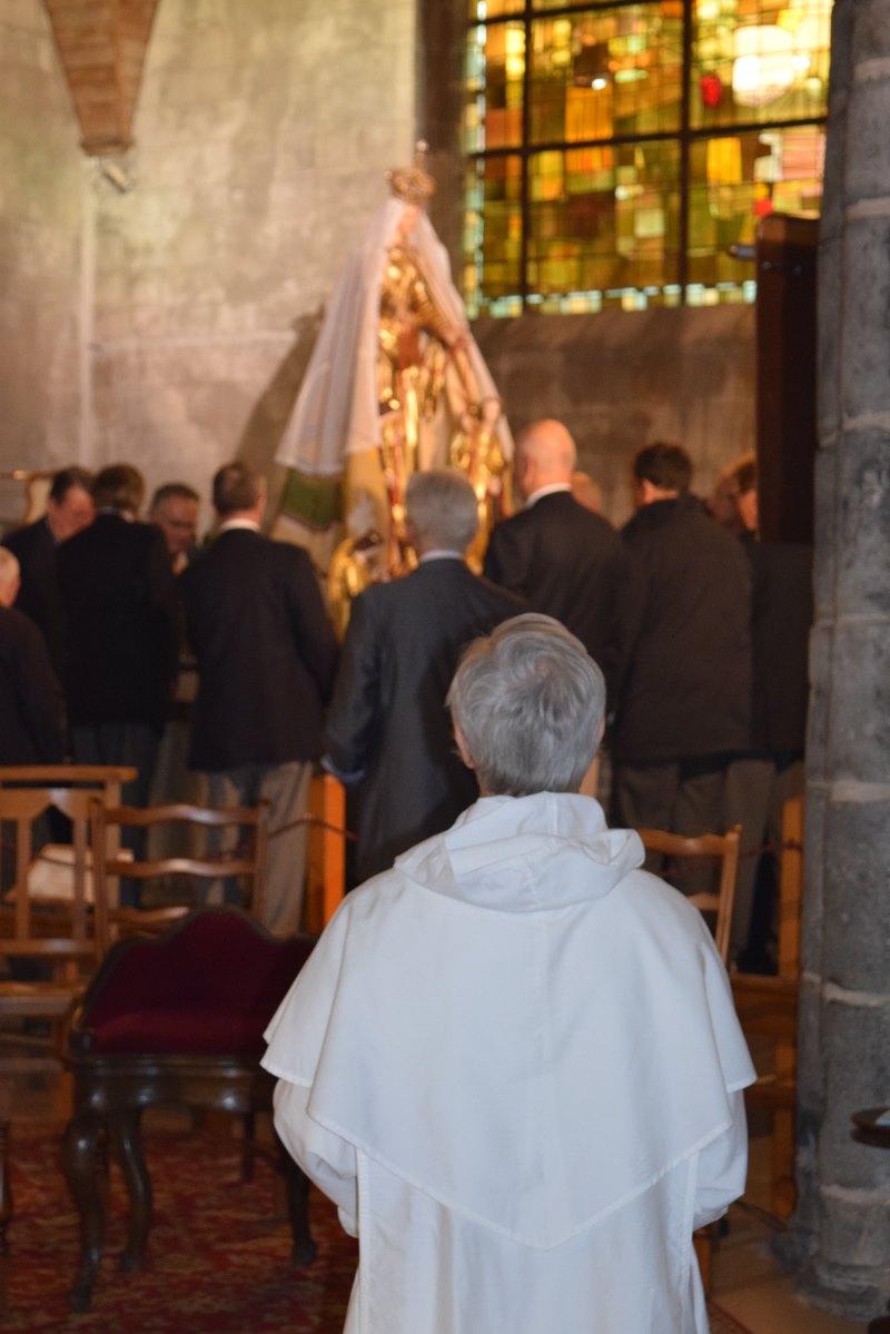 Père Christian-Marie Duc face à la mère de Jésus